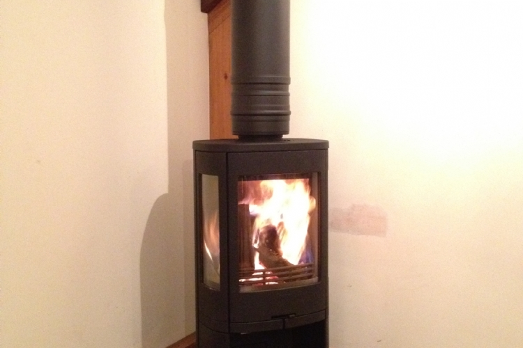 Contura 850 freestanding on a circular hearth