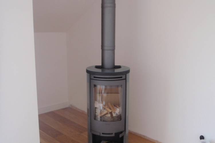 Contura 556 on a glass hearth