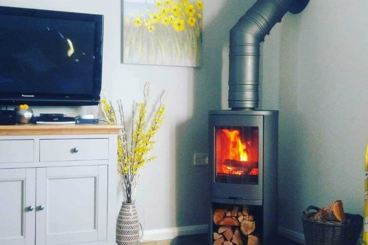 Contura 810 woodburner in a corner position