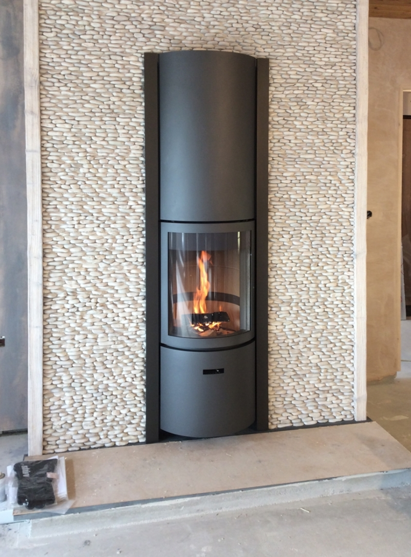 Stuv 30 In with Pebble Mosaic fireplace